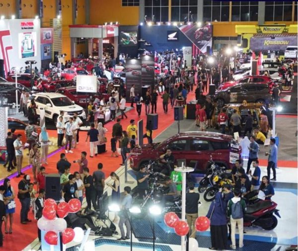 Hari terakhir penyelenggaraan GIIAS Makassar 2019 semakin dipadati pengunjung yang tidak mau ketinggalan berbagai macam acara, promo dan keseruan di booth peserta GIIAS