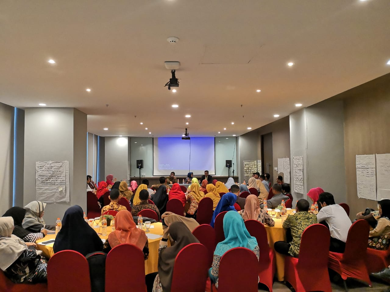 Guru-guru bahasa Inggris madrasah se Sulselbar Ikuti pengembangan profesi dan karier guru di Hotel Gammara Jalan Metro Tanjung Bunga Makassar (Foto: Istimewa/zonatimes.com)