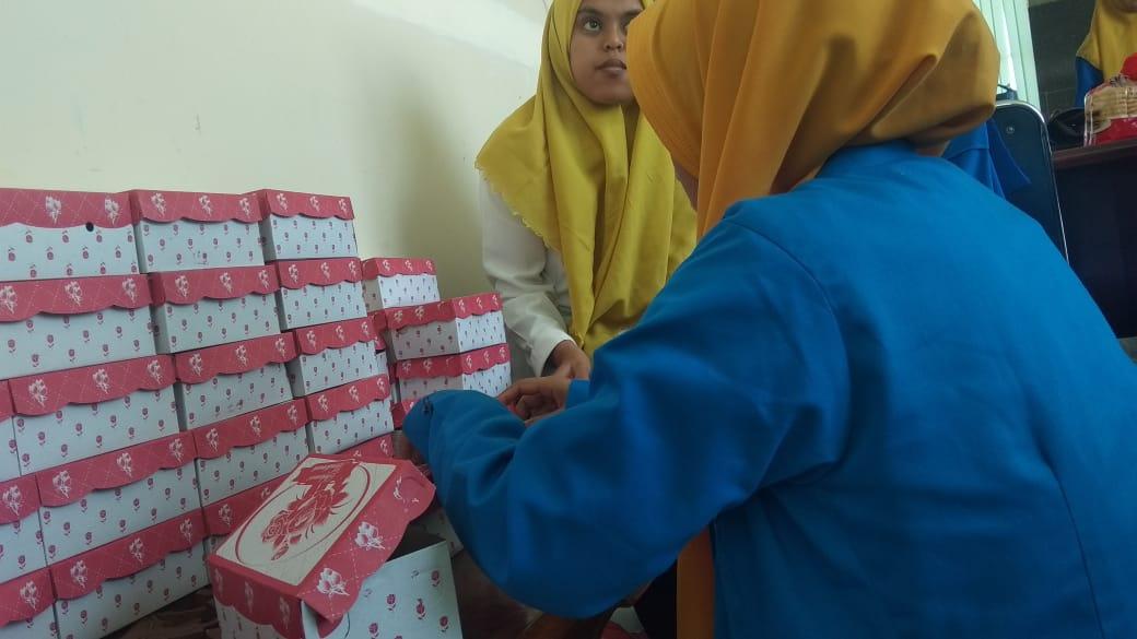 Kader PMII Metro Makassar saat membantu persiapan SKK Kopri PKC di Gedung NU Sulsel (Foto: Nurita Sari/zonatimes.com)