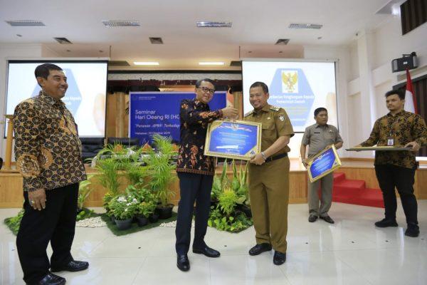 Nurdin Abdullah serahkan plakat untuk Pemkot Makassar Iqbal Suhaeb sebagai Predikat WTP (Foto: Humas/zonatimes.com)