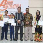 Dekan FTK Dr Marjuni dan Ketua Jurusan Pendidikan Matematika UIN Alauddin Makassar, Nursalam S Bintang, serahkan piagam juara Aritmatika 2019 ke pada peserta (Foto:pmtk/zonatimes.com)