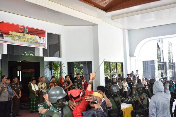 Wabup Takalar terima dua kubu pengunjuk rasa dalam simulasi LKO Kodam XIV/Hasanuddin (Foto: Jaya/zonatimes.com)