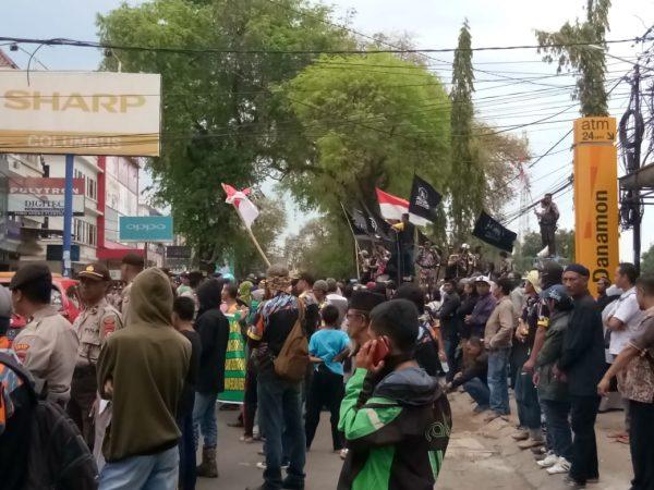 Pengikut Tarekat Khalwatiyah Kepung Polres Gowa (Foto: Jaya/zonatimes.com)
